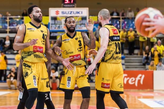 Sopocianie na zwycięstwo w lidze czekali od początku stycznia. Na zdjęciu: Cameron Ayers, Carlos Medlock i Paweł Leończyk.