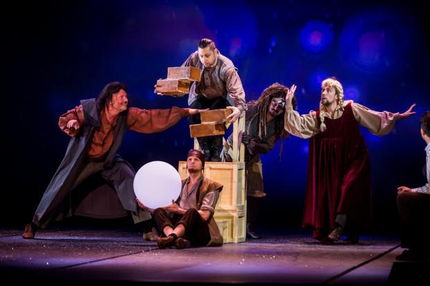 Bardzo dobrym pomysłem było zaangażowanie do roli rzemieślników byłych tancerzy Opery Bałtyckiej. Od lewej: Bartosz Więckowski, Radosław Palutkiewicz (u góry), Robert Kulanin (na dole), Piotr Borowy i Bartosz Kondracki z obecnego zespołu Baletu.