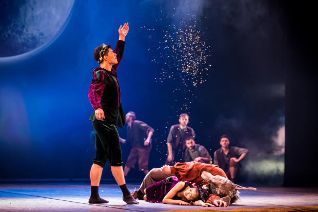 """Kluczowymi bohaterami """"Snu nocy letniej"""" Opery Bałtyckiej oprócz Puka są Oberon (Giovanni Chavez Madrid, po lewej) i Tytania (Mayu Takata, w środku)."""