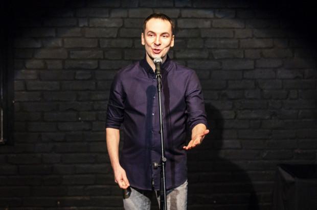 Szymon Jachimek śpiewa o tym, co go uwiera, co mu bliskie i nieco dalsze, a robi to po swojemu, ujmując tym żywiołowo reagującą publiczność.
