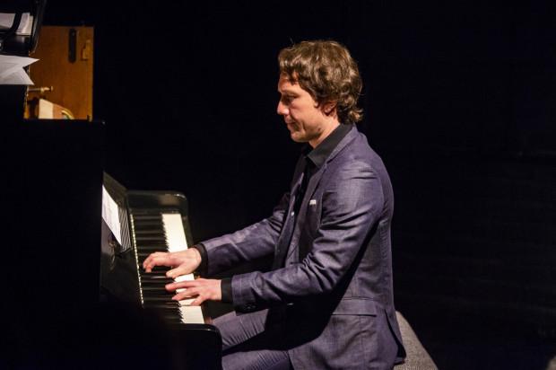 Na fortepianie podczas recitalu Jachimka gra Jan Freicher.