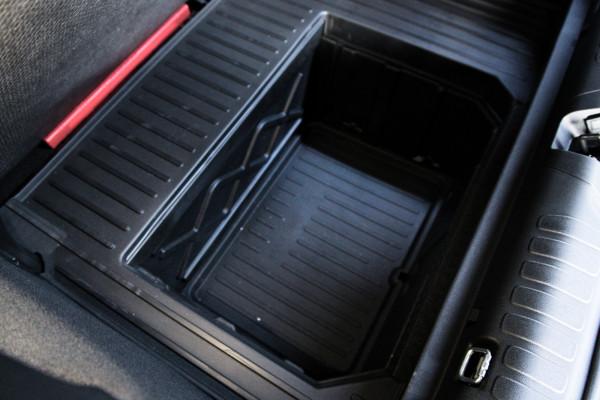 MegaBox to 80-litrowy kufer w bagażniku, w którym możesz przewozić np. brudne rzeczy. Schowek łatwo umyć wodą, bo został wyposażony w korek spustowy.