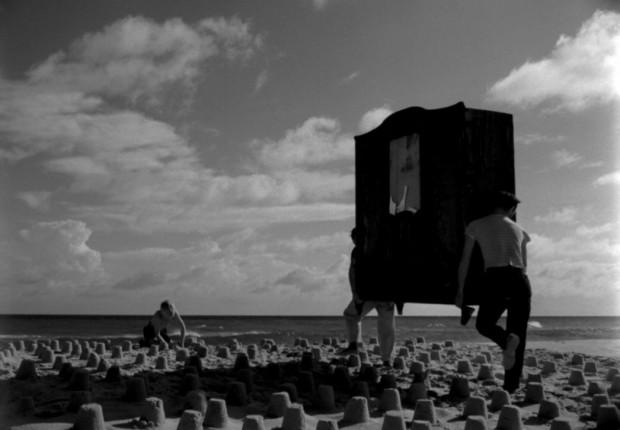 """Spektakl """"Dwaj ludzie z szafy"""" Izy Żukowskiej w reż. Wojciecha Kukuły (który prezentowany będzie 8 marca) nawiązuje do filmu Romana Polańskiego z 1958 roku (na zdjęciu kadr z tego filmu)."""