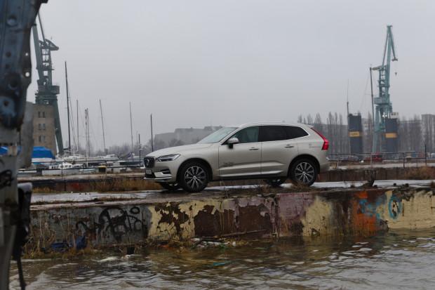 Volvo XV60 mHEV oferuje kapitalne osiągi.