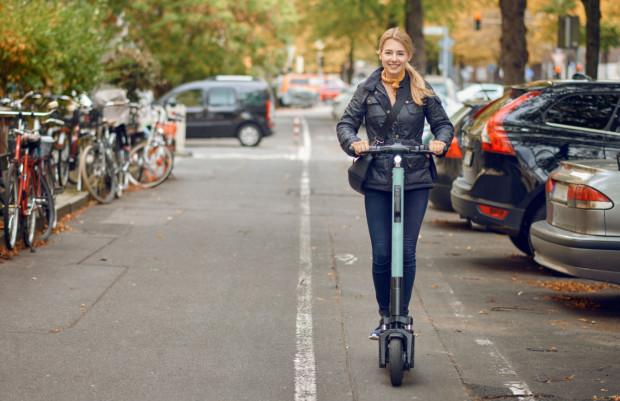 W świetle prawa, na ścieżce rowerowej poruszający się na każdym innym pojeździe niż rower, traktowany jest jak pieszy. Być może dojdzie jednak do zmian w związku z coraz większą popularnością hulajnóg elektrycznych.