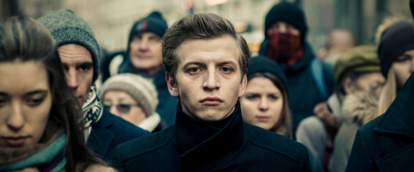 """Tomek Giemza (Maciej Musiałowski) jest młodym, ambitnym i inteligentnym chłopakiem z głębokiej prowincji, któremu marzy się społeczny awans i odwzajemnione uczucie dziewczyny z wyższych sfer. Trochę na własne życzenie, a po trochu w wyniku negacji otoczenia porzuca dotychczasowe życie i zaczyna karierę w branży internetowej. Jego profesją jest znajdowanie """"haków"""" na zlecone cele."""