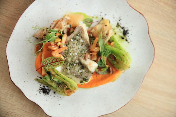 Halibut z polentą ziemniaczaną, boczniakami, pak choi, pistacjami i sosem rybnym z krewetkami.
