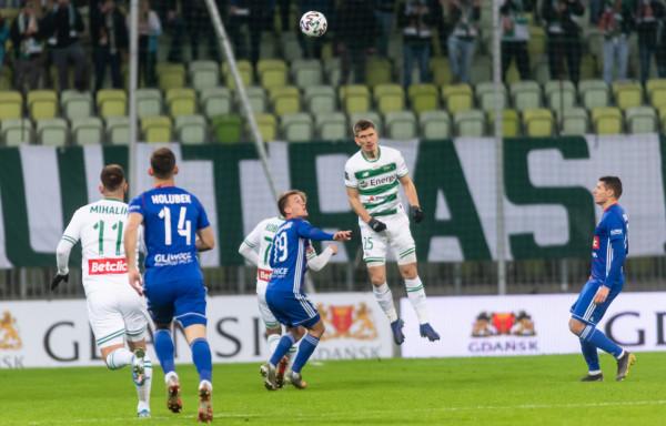 Lechia Gdańsk zagra z Piastem Gliwice już po raz czwarty w tym sezonie, ale tym razem nie będzie miała wsparcia kibiców. Poprzednie mecze wygrała.