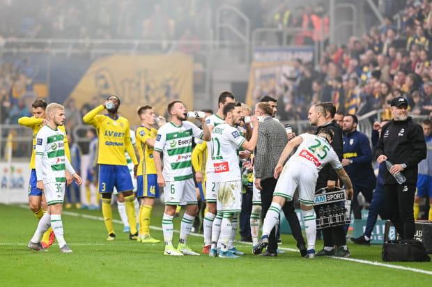 Mecze ekstraklasy, w tym derby Trójmiasta mają być rozgrywane bez kibiców, ale mogą też zostać przerwane w w każdej chwili. Ustalona wówczas tabela będzie końcową.
