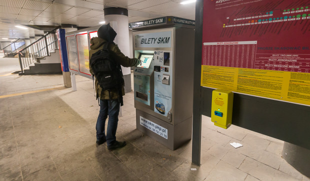 SKM prosi pasażerów, aby korzystali z biletomatów lub aplikacji na telefon komórkowy. Sprzedaż w kasach i pociągach zostaje jednak utrzymana.