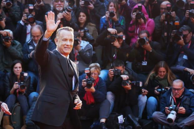 Amerykański aktor Tom Hanks poinformował, że wykryto u niego obecność wirusa. Został przebadany podczas pobytu w Australii, gdzie pojechał pracować przy nowym filmie. Zarażona została także jego żona, Rita Wilson, która jest aktorką i producentką filmową.