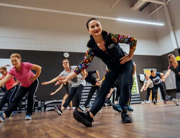 Znana trójmiejska trenerka fitness, twórczyni programu Slavica Dance, uruchamia darmowe treningi online dla wszystkich chcących kontynuować ćwiczenia. Aby skorzystać z programu, wystarczy zasubskrybować profil Justyny Bolek na Instagramie. Treningi będą odbywać się w poniedziałki o 20 i w czwartki o 20:15.