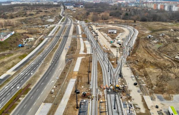 Trasa tramwajowa będzie połączona z pętlą w rejonie skrzyżowania ul. (Nowej) Warszawskiej i al. Adamowicza. W oddali widoczny jest już odcinek torów wyprowadzony w kierunku al. Havla.