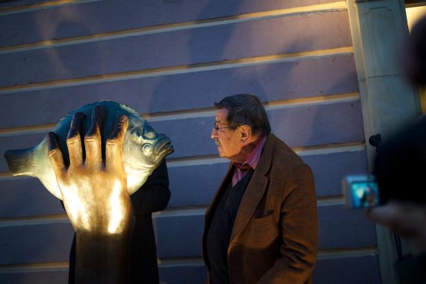 """Günter Grass - jeden z najwybitniejszych gdańskich pisarzy podczas odsłonięcia rzeźby """"Turbot pochwycony"""" w Gdańskiej Galerii Güntera Grassa."""