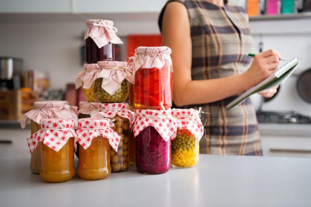 Warto zadbać o to, żeby mieć w domu żywność z długim terminem ważności, którą łatwo się przechowuje.