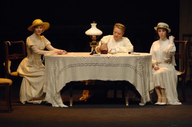 """Jednym ze spektakli, którego rejestrację telewizyjną można zobaczyć online w zasobach Ninateki, jest """"Miłość na Krymie"""" Sławomira Mrożka w reżyserii Jerzego Jarockiego w Teatru Narodowego w Warszawie (na zdjęciu)."""