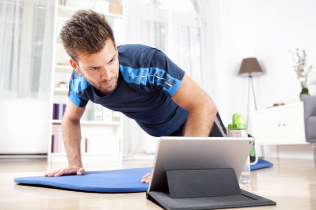 Osoby aktywne lub te, które planowały rozpocząć przygodę ze sportem, mogą skorzystać z treningów ułożonych zdalnie lub z wideokonferencji z trenerem, który będzie obserwował postępy. Podobną usługę oferują szkoły tańca, które prowadzą zajęcia za pomocą transmisji internetowych lub na platformie.
