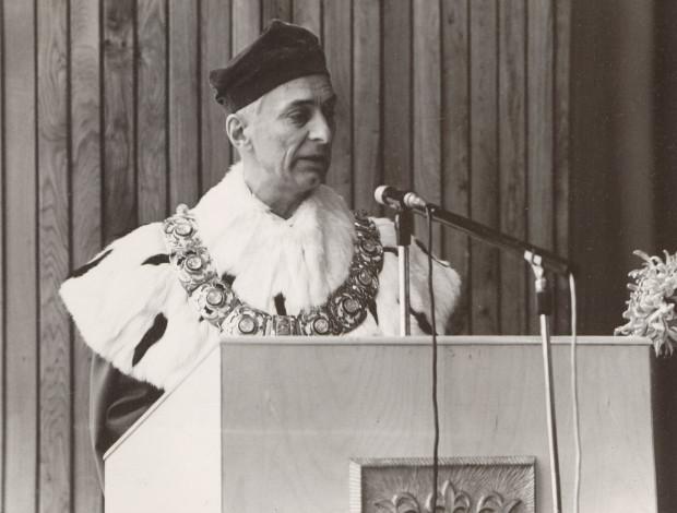 Prof. dr hab. Janusz Sokołowski, pierwszy rektor Uniwersytetu Gdańskiego, 1973 r. (zbiory Muzeum Uniwersytetu Gdańskiego).