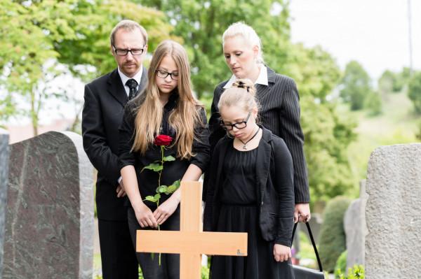 Aby ograniczyć ryzyko zakażenia koronawirusem, w pogrzebie powinni brać udział jedynie najbliżsi zmarłego.
