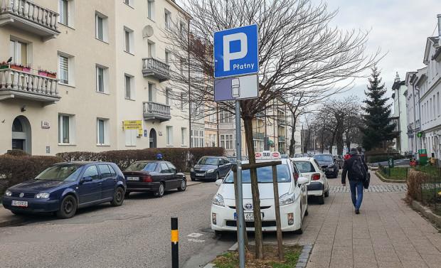 Tabliczka T30h. W jej przypadku motocyklista może zaparkować motocykl na jezdni lub na chodniku, ale nie może pozostawić motocykla prostopadle do krawędzi jezdni, choć w ten sposób kierowcy aut zyskaliby więcej przestrzeni do parkowania.