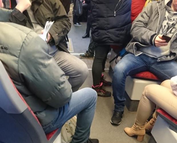 W czwartek w niektórych i wielu autobusach znów zrobiło się tłoczno. Zdaniem pasażerów to naraża ich na większe ryzyko zarażenia koronawirusem.