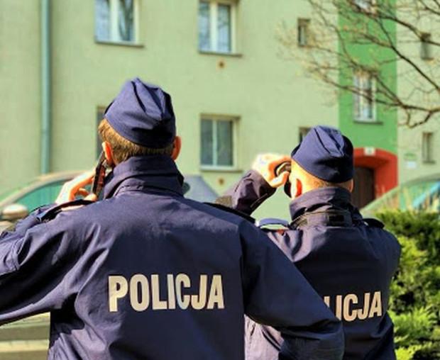 Policjanci najczęściej kontaktują się z osobami przebywającymi na kwarantannie telefonicznie, po czym proszą je o pokazanie się w oknie.