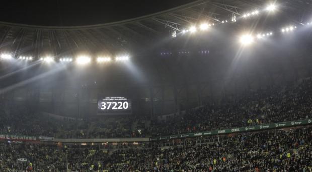 W marcu 2017 roku podczas meczu z Legią Warszawa na Stadionie Energa Gdańsk zasiadło 37220 widzów. Teraz Lechia chce pobić ten rekord, ale na wirtualnym stadionie. Sprzedaż internetowych biletów ma wspomóc klub finansowo podczas zawieszenia rozgrywek piłkarskich.