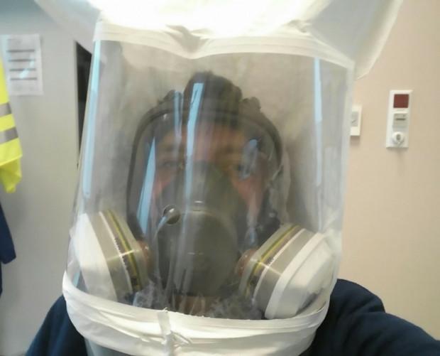 Autor artykułu podczas fit-testów pełnotwarzowej maski ochronnej.