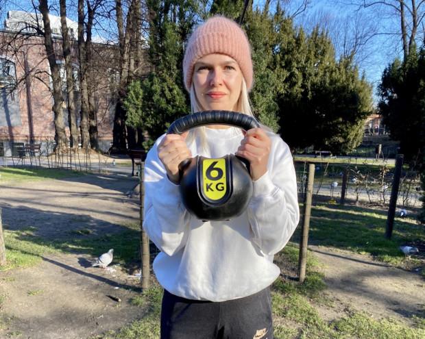 Jeden kulisty odważnik może zastąpić całą siłownię. Marta Kozakiewicz (na zdjęciu) przygotowała dla nas przykładowy trening wielostawowy.