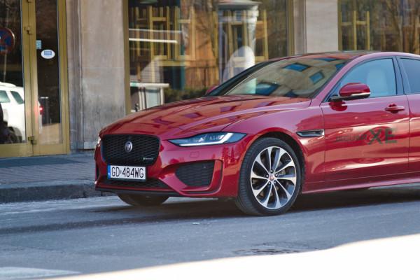 """Odświeżony pas przedni Jaguara XE otrzymał bardziej """"przymrużone"""" reflektory, przemodelowany zderzak oraz delikatnie zmienioną atrapę chłodnicy."""