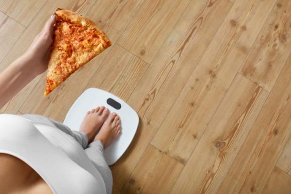 Jedną z największych pokus podczas obecności w domu są przekąski podjadane pomiędzy posiłkami i wieczorami.