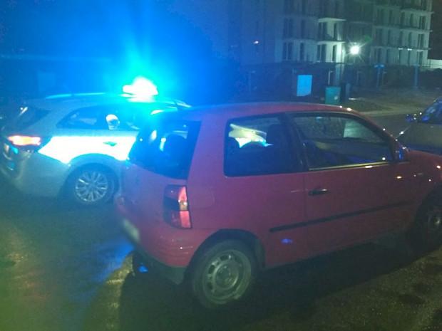 Samochód, którym próbował uciekać najpierw pijany kierowca, a później jego równie pijany pasażer.
