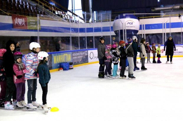 """Zajęcia łyżwiarskie i ogólnodostępne ślizgawki w hali """"Olivia"""" zostały odwołane do 14 kwietnia."""