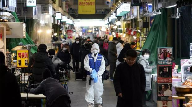 Korea Płd. dobrze radzi sobie w walce z koronawirusem, ale skupia się przede wszystkim na izolacji osób starszych i schorowanych - czyli grupie ryzyka.
