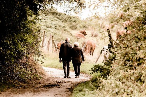 Wirusa SARS-Cov-2 najbardziej powinny obawiać się osoby najstarsze i z obniżoną odpornością. Czy jednak chciałyby spędzić ostatnie lata życia w izolacji, bez kontaktu z rodziną i przyjaciółmi?