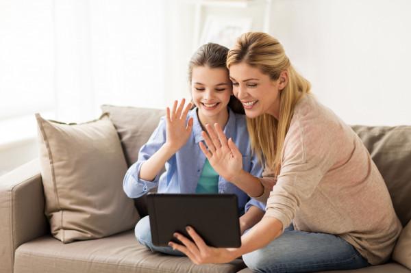 Rozmowy wideo to dobry sposób na kontakt z rodziną, której w tej chwili nie możemy odwiedzić.