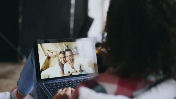 Wieczorne spotkanie ze znajomymi przez komunikator wideo stało się codziennością wielu osób.