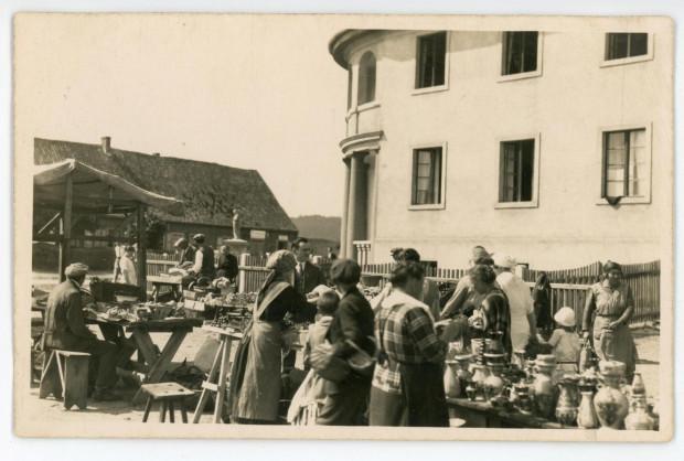 Stragany przed Domem Zakonnym Zgromadzenia św. Wincentego a Paulo, fot. Roman Morawski,  ok. 1925 r.  (ze zbiorów Muzeum Miasta Gdyni)