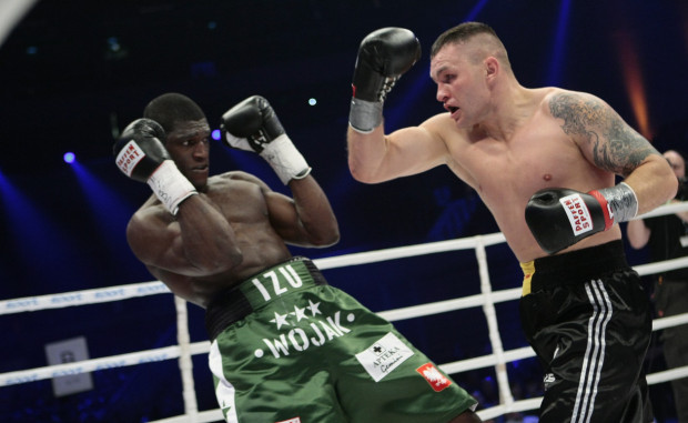 Izu Ugonoh (z lewej) spróbuje swoich sił w MMA. Były gdański pięściarz zawalczy dla federacji KSW.