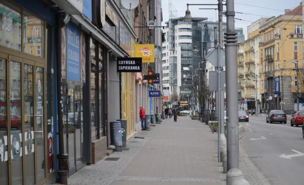 Od 14 marca lokale gastronomiczne mogą sprzedawać jedzenie tylko na wynos lub na tzw. dowóz. Dla wielu - zwłaszcza restauratorów - taki zakaz może skończyć się upadłością.