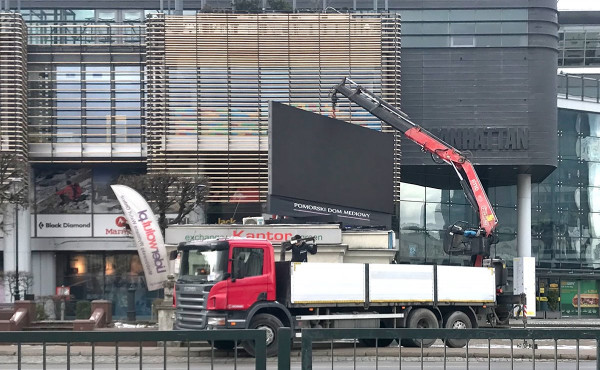 W ostatnich dniach zdemontowano m.in. ekran na kantorze przy GCH Manhattan we Wrzeszczu. Centrum handlowe także odzyskało pierwotną elewację, przesłoniętą latami przez wielkie reklamy.