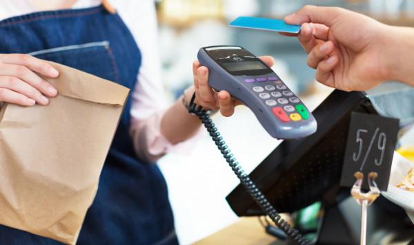 W czasie pandemii koronawirusa płatność kartą jest bezpieczniejsza. Kawałek plastiku łatwiej bowiem zdezynfekować.