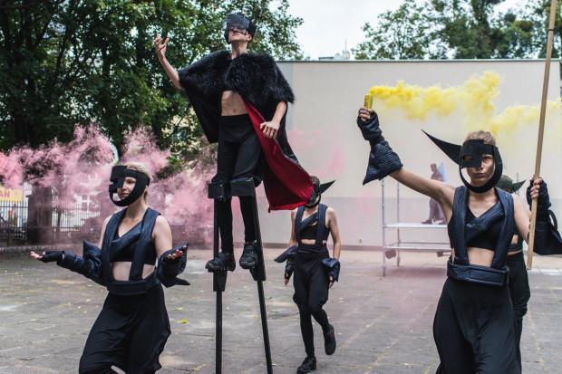 """Spektakl plenerowy """"Masska"""" Teatru Gdynia Główna można sobie przypomnieć, oglądając jego rejestrację w sieci, udostępnioną przez TGG."""