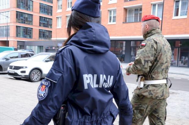 Przestrzegania obostrzeń pilnują wspólne patrole policjantów i żołnierzy Żandarmerii Wojskowej.