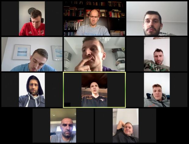 Wideokonferencja Związku Zawodowego Koszykarzy. W trzecim rzędzie od lewej Adam Hrycaniuk z Asseco Arki Gdynia.
