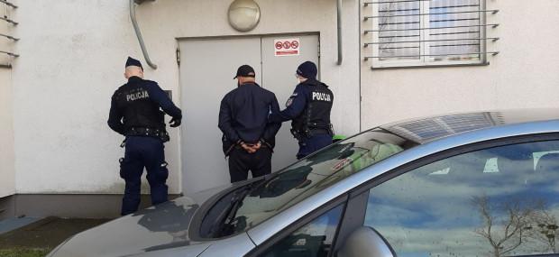 36-latek przymusową kwarantannę może spędzić teraz w policyjnej celi.