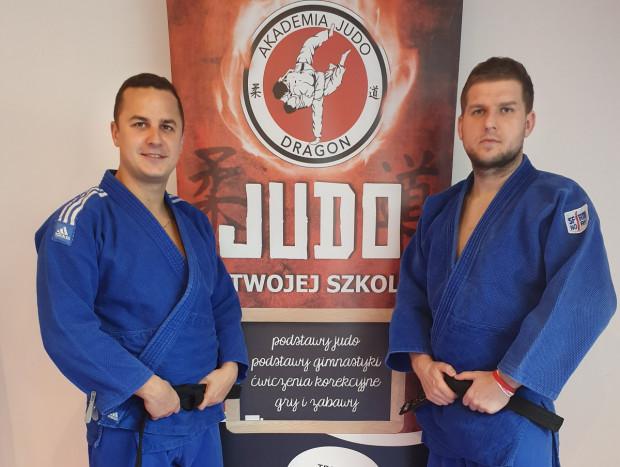 Maciej (z lewej) i Dominik Cząstka (z prawej) na co dzień prowadzą zajęcia judo. W czasie pandemii przygotowują treningi, które każdy może wykonać w domu.