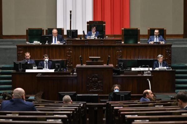Ustawa o wyborach koresponencyjnych została przyjęta późnym wieczorem, mimo głosu sprzeciwu opozycji.