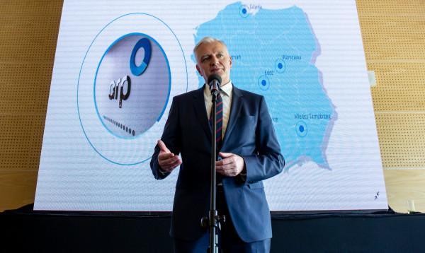 Jarosław Gowin proponował zmianę konstytucji i wydłużenie kadencji prezydenta Dudy o dwa lata, by przełożyć termin wyborów. Propozycja została odrzucona, a Gowin podał się do dymisji.