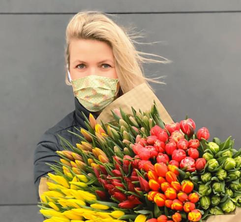 Dostawa kwiatów do domu to sposób na świąteczną dekorację domu, dodanie otuchy osobom na kwarantannie... ale też pomoc trójmiejskim producentom tulipanów.